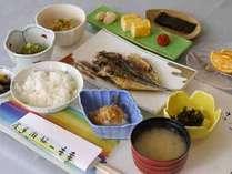 【朝食例】できたての家庭的な和食をどうぞ。しっかり食べて元気に一日のスタートを切りましょう。