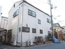 【宿泊棟の外観】播磨臨海工業地帯まですぐの便利な立地です