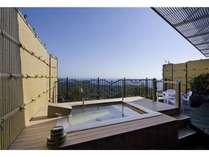 ★露天風呂付き和洋室「ひのき」タイプ。この眺望と環境の中温泉に浸ることができます