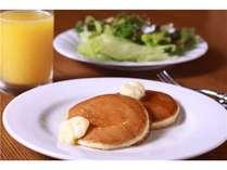 ★朝食で一番の人気はやっぱりパンケーキ!目の前で焼いてくれる焼き立てをどうぞ