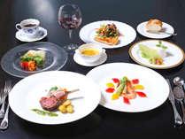 眺望を活かしたレストランでのこだわりの料理をどうぞ。