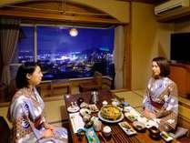 2階の和室)夜景をバックにお部屋食