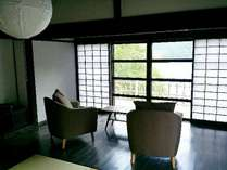 茅葺きのお宿かるかや「利平」内観。居間から雄大な小野湖の景色を見ることができます。