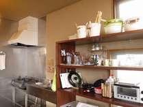 共有キッチンは長旅の方が自炊もできるように、調味料や調理器具をそろえています。