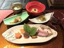 【オープン記念特別】源泉100%かけ流しの貸切風呂とフリードリンク付き15品の和食会席