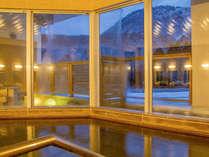 【3F宿泊者専用風呂】夜の景色も幻想的♪旅の疲れをぐっと癒してくれます。