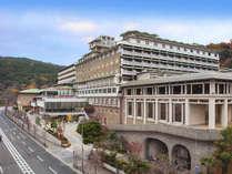 古都・東山を一望できる高台に立ち、豊かな自然に恵まれたホテル。