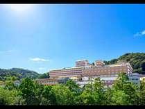 【ホテル外観】古都・東山を一望できる高台に立ち、豊かな自然に恵まれたホテル。