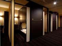 【デラックスキャビンルーム】半個室タイプのキャビン。デスクやロッカー等も室内に備えたタイプ!