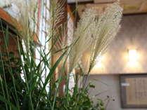 季節の生け花でお迎えいたします。
