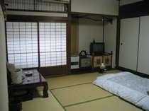 和室の本間8帖の部屋です。 他に10帖の部屋などがあります。