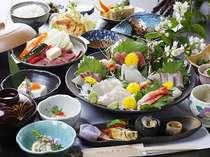 通常会席一例地鶏のたたきをメインに全12品(※お刺身や関アジは別注で受付)夕食はお部屋食で♪