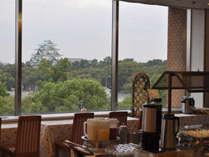 お城の見える朝食会場でさわやかな一日を♪