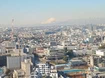 澄んだ晴天の日にお部屋から望む富士山。とても大きな窓からの眺望を楽しめます!
