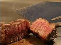 オープンキッチンで調理する牛フィレ肉鉄板焼き(イメージ)