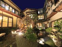 外観◆中庭のライトアップで優美なひと時