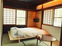 和室6畳のダブルベッド。布団を敷いて最大3名様までお泊りいただけます。