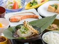 ご朝食は岐阜名物・朴葉味噌豆腐がメインの和定食。料理長のオリジナルブレンド味噌を使用しております。