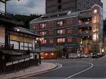 外観暗い日本最古の温泉「道後温泉」。その本館のすぐ東隣。