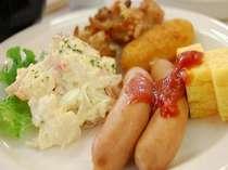 ご朝食は和洋のバイキングです。朝の活力にしっかり食べてエネルギーを蓄えて下さい!