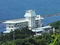 【昼】日本海のすぐ際に建つホテル