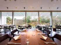 朝食会場でもあるレストラン。大きな窓から望む金沢城公園