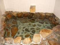 宿泊室の内風呂は温泉を引いています。家族連れや年配の方に人気があります。