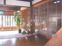 朝日のさしこむ玄関