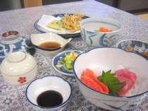 お夕食は日替りの家庭料理をお出ししています
