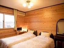 「本館」禁煙ツインルーム6畳(シングルベッド2台・バストイレ無し)です。壁は全面板壁です。