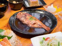 *【夕食/ごちそうプラン一例】1尾丸ごと煮込んだ「下田産の金目鯛の煮付け」と共にご賞味下さい