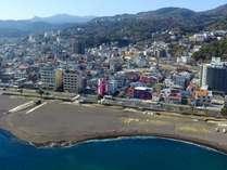オレンジビーチ *中央のピンク色のビルが「伊豆の家MOANA」です