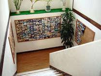 階段:ご宿泊いただいたお客様との思い出の写真やメッセージを飾っています。