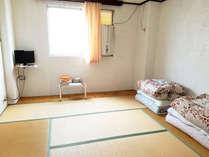 和室:6~8畳ほどで、テレビ・クーラー・ユニットバスがあります。