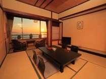 窓から望む夕日が美しい和室