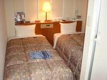 広さ12平米にベッド2台・・・ビックリな狭まさだけどお値段リーズナブル(エコノミーツインルーム)