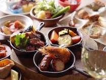 【夕食】夕食ブッフェではさまざまな種類の料理をご用意しています。