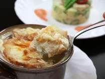 お料理は和洋折衷の創作料理。季節の素材と地元の食材を、美味しさを引き出す調理方法で提供いたします。