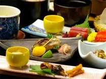 ■和み膳(全10品)■お刺身の盛り合わせや焼き魚・地元産の新鮮なお野菜など、旬の食材が並びます♪