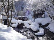 *雪深い山間に佇む