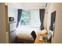 コンパクトながら長期滞在にも適した機能的な室内(パソコンはイメージです)