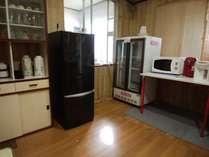 共用の冷凍冷蔵庫電子レンジ電気ポット食器類