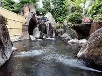 【露天風呂】大浴場から続く露天風呂も、掛け流しの湯が贅沢に溢れる