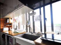 【2階キッチンメイン(共同)】日当たり抜群!光あふれる明るいキッチンで楽しくお料理
