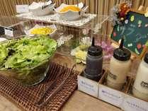 朝食バイキングのサラダコーナーでございます。