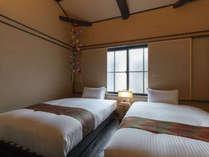 町家らしい木組みを眺められる洋室。装飾品の手毬が華やかにお部屋を飾り、お休み前の心をはずませます。