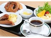 【朝食】1Fレストラン『アイリス』にて和洋のバイキング。焼きたてパンに新鮮なサラダ。