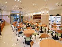 朝食会場も兼ねるロビーにはOAコーナーもあり。街遊び情報もチェック!