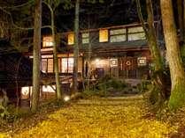 【母屋】夕暮れの秋の景観