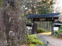【門】正面玄関から母屋まで落ち葉の小路が続きます
